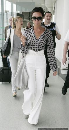 crisfg31 : RT @PuntaCarretas: Victoria Beckham luciendo un pantalón palazzo blanco de tiro alto combinado con una camisa a lunares…
