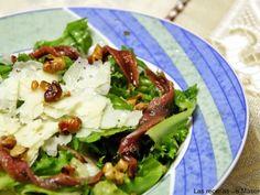 Ensalada de queso, anchoas y vinagreta de frutos secos