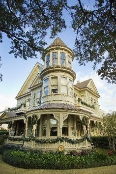 Anne-style house matches the grandeur of the Uptown park it overlooks Queen Anne house built in 1895 - St. @ Audubon Park, New Orleans, LAQueen Anne house built in 1895 - St. @ Audubon Park, New Orleans, LA Victorian Architecture, Beautiful Architecture, Beautiful Buildings, Beautiful Homes, House Architecture, Victorian Buildings, Architecture Images, Classical Architecture, Victorian Style Homes