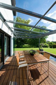 perfektes Terrassendach No limits in the design of your individual glass house! Here is an SDL atrium roof with SL 25 all-glass sliding turning elements. Screened In Patio, Pergola Patio, Backyard Patio, Patio Design, Garden Design, House Design, Outdoor Rooms, Outdoor Living, Outdoor Decor