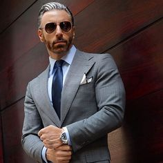 Do you want to know the secrets of some of the most stylish men? Check out these men's style tips and instantly upgrade your style. Light Grey Suits, Grey Suit Men, Dapper Gentleman, Gentleman Style, Mens Fashion Suits, Mens Suits, Men's Fashion, Fashion 2018, Costumes Gris Clair