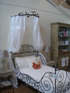 French iron bed with canopy. I need to get this bed! <3