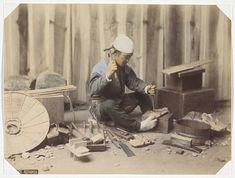 Anonymous   Japanse schoenmaker aan het werk, Anonymous, 1890 - 1894   Onderdeel van Album met 69 foto's van een reis door Japan.