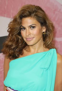 Eva Mendes updated her red hair with a new strawberry shade. See her new strawberry hair color here, complete with multidimensional blonde highlights. Dry Curly Hair, Curly Hair Styles Easy, Big Hair, Natural Hair Styles, Short Hair Styles, Trendy Haircut, Haircuts For Long Hair, Haircut Long, Curly Haircuts
