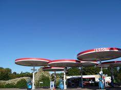 1960 - Esso, A6 Leicestershire - Este posto de gasolina ESSO faz parte da lista de Património Inglês. Construído em 1960 com um desing de cobertura redonda, é a última do género no Reino Unido. O estilo foi originalmente desenvolvido por Elliot Noyle para a Mobil e rapidamente se espalhou e se tornou o aspecto de uma época distinta. O design de cobertura elevada ainda continua a ser utilizado hoje em dia.