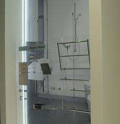 """Al Cersaie, nello stand Ponte Giulio, ha avuto grande successo di #pubblico la parte dedicata al #bagno #hotel. La clientela va alla ricerca di esperienze uniche ed indimenticabili. Una richiesta che include gli accessori, che integrano e completano l'offerta. Per questo abbiamo """"messo in mostra"""" i nuovi #ausili e porta telo, il porta rotolo, il #gancio appendi abiti, un nuovo #specchio di cortesia, il porta #sapone e un porta oggetti per la  doccia, tutti in #acciaioinox."""
