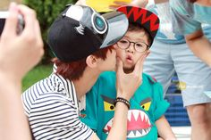 [120902] Jinyoung @ Hats On Fansign [38]    Credits : The Moment    Re-up : Aorishina @ FLYB1A4 / Tumblr