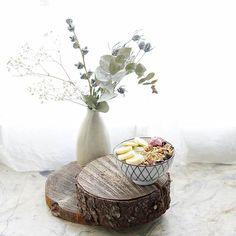 Maanantaifiilistä pehmentää kaunis tuorepuuroannos. Kuinka viikosi on lähtenyt käyntiin? A pretty overnight oats bowl starts the week . . . #maanantaifiilis #tuorepuuro #aamiaishetki #aamiainen #aamupala #eukalyptus #nelkytplusblogit #breakfastbowl #breakfast #smoothielove #smoothie #smoothiebowl #overnightoats #eucalyptus #mondayb#monday