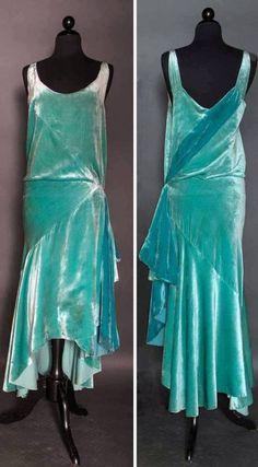 IT'S LIKE A FLAPPER ELSA DRESS Evening gown, circa Aqua silk velvet. Bias-cut skirt with uneven hem lengths. Via Augusta Auctions. 1920 Style, Style Année 20, Vintage Outfits, 1920s Outfits, Vintage Gowns, 1920s Fashion Dresses, Fashion 1920s, Vintage Lingerie, Art Deco Fashion