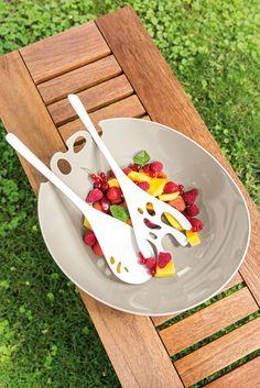#Obstsalat: Natürlich-visuelle Frische mit #Koziol auf den Tisch: Die SHADOW #Salatschale mit passendem #Besteck präsentiert einen exotischen Formgeist, der von üppig tropischer Vegetation inspiriert wurde. Beide ergänzen sich demnach geschmack- und wundervoll mit all den bunten #Salat - und Gemüsesorten, die mit ihnen serviert werden. Die Aussparungen am Rand der großen SHADOW nehmen liebend gerne die Stiele des Salatbestecks auf.