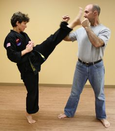 Self Defense and Street Fight Psychology Self Defense Women, Self Defense Tips, Self Defense Weapons, Personal Security, Personal Safety, Personal Defense, Nanny Cam, Contact Sport, Street Fights