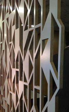 Akustiikkaelementit olisivat hienoimmillaan osana sisustusta. Suurin osa akustiikkapaneeleista on järkyttävän kökön näköisiä/asennettu amatöörimäisen näköisesti...Screen wall  Haworth showroom