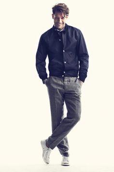 Chamarra informal:  Camisa: Bold Boys, chamarra: Dior Homme, reloj: Tudor, pantalón: Club Monaco y tenis Converse Jack Purcell.