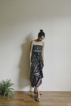 [Pre Order] Kain Batik Kepala Badan Sebaran Ayam Fashion Photography Poses, Clothing Photography, Batik Fashion, Ethnic Fashion, Kebaya Dress, I Dress, Hijab Fashion Inspiration, Style Inspiration, Batik Dress