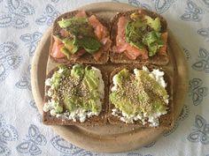 Belegde boterham met Hüttenkäse, avocado, balsamico azijn en sesamzaad en een met zalm, avocado, citroen, sojasaus en chiazaad