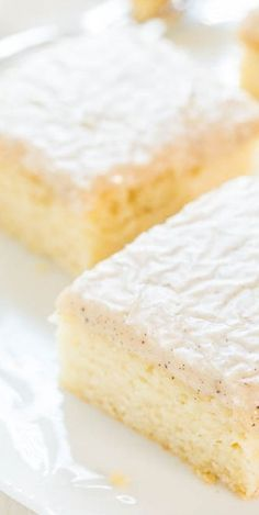 Vanilla Cake with Vanilla Bean Browned Butter Glaze Vanillekuchen mit Vanille Bean Browned Butter Glasur – Averie Cooks Dessert Drinks, Köstliche Desserts, Delicious Desserts, Sweet Desserts, Vanilla Sheet Cakes, Moist Vanilla Cake, Baking Recipes, Cake Recipes, Dessert Recipes