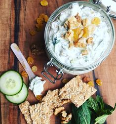 Frisse yoghurt dip met munt, gele rozijnen & komkommer – F is for Sofia