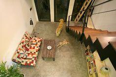 Společenská zóna domácnosti je v přízemí, kde na ni v exteriéru navazuje dvůr.