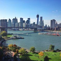 DUMBO:  Acrónimo de Down Under The Manhattan Bridge Overpass ( paso bajo el puente de Manhattan) es un distrito de calles adoquinadas llenas de antiguos almacenes del siglo XIX, hoy reconvertidos en edificios de apartamentos de lujo, que tiene una vista impresionante hacia Manhattan desde la Riviera fluvial.