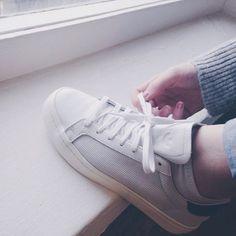 """adidas Originals – Sneaker """"Court Vantage"""" in Weiß und Grün mit Nubukleder - Urban Outfitters"""