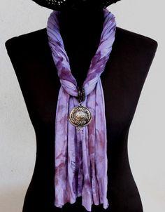 Este é um acessório que toda a mulher prática deve ter. Ele é gostoso de usar, diferenciado e de um belo efeito visual!!!!! O que vc esta esperando para adquirir o seu? <br>Echarpe colar em malha pintada a mão. <br>Detalhes em metal prateado. <br>Peça exclusiva. Scarf Necklace, Fabric Necklace, Scarf Jewelry, Fabric Jewelry, Scarf Knots, Diy Scarf, Scarf Shirt, Ways To Tie Scarves, How To Wear Scarves