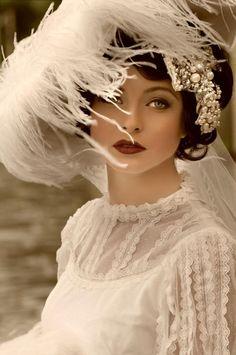 Je rencontrai une dame dans les prés, D'une absolue beauté, l'enfant d'une fée. Ses cheveux était longs, son pied léger, Et ses yeux étaient sauvages.  Je fis une couronne pour sa tête, Et des bracelets aussi, et une ceinture de fleurs ; Elle me regarda comme si elle aimait Et fit un doux gémissement.