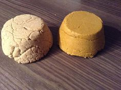 To make your shampoo solid, you will only need water, oil or vegetable butter, plant powder or clay and a surfactant. Solid Shampoo, Diy Shampoo, Shampoo Bar, Healthy Beauty, Clean Beauty, Diy Beauty, Homemade Cosmetics, Diy Bar, Natural Lifestyle
