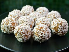 These Swedish gingerbread balls are sort of the Christmas cousin of the chocolate balls. They are equally fast to make and could be enjoyed together with