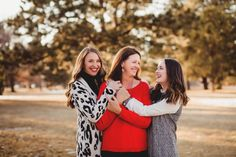 Eventhough your kids are grown adults, there's no need to stop doing Family Photos! Big Family Photos, Family Photos What To Wear, Winter Family Photos, Family Picture Poses, Sister Photos, Mother Daughter Poses, Mother Daughter Photography, Adult Family Poses, Family Posing