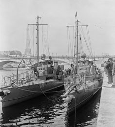 French Type 38 torpedo boats 321 and 315 on the Seine in 1922.[5552 × 6144]