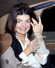 Former first lady Jackie Kennedy Onassis died 21 years ago today. On Debrief Daily we look back at 21 style lessons she taught us, and the world. Jacqueline Kennedy Onassis, Jackie Kennedy Style, Jaqueline Kennedy, Los Kennedy, John F Kennedy, Jaclyn Kennedy, Lee Radziwill, Southampton, Jackie Oh