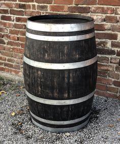 Schwarze Eleganz trifft auf rustikales Weinfass. Für die besondere Optik lasieren wir das original gebrauchte Fass mit einer schwarzen Lasur, die anschließend wieder leicht angeschliffen wird. Damit eignet es sich optimal als authentisches Dekostück für innen und außen. Unser schwarzes Fass ist dabei ca. 98 cm hoch, ca. 70 cm Ø am Bauch und ca. 58 cm Ø oben und unten. Shabby, Mugs, Tableware, Outdoor Decor, Vintage, Home Decor, Etsy, Wine Cask, Rustic