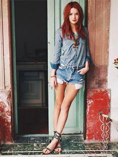 Jane Aldridge, do Sea Of Shoes, aposta em look double denim de verão.