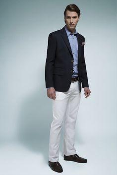Camisa listrada azul, blazer marinho em lã fria com bolso ticket, calça branca, cinto e mocassim de couro café.
