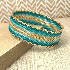 Créer votre #bracelet bangle en perles #miyuki tissées sans métier à tisser avec le point peyote #jewel #jewelry #jewelrymaking #craft #crafting #DIY #beading #stitch  #peyote #peyotestitch #bangle #beadwork  #beading #beads #perles #tissage