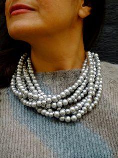 La nuova collana in legno Madagascar è realizzata a mano in legno. I colori accesi sono il suo punto forte! Scorpila sul nostro sito Madagascar, Pearl Necklace, Pearls, Metal, Jewelry, Fashion, Strong, String Of Pearls, Moda
