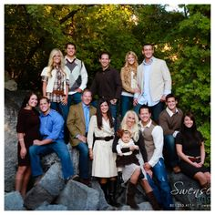 What Colors to Wear for Photo Shoot~Tips & Ideas Large Family Pictures, Large Family Portraits, Extended Family Photos, Outdoor Family Portraits, Family Photos What To Wear, Large Family Poses, Family Portrait Poses, Fall Family Photos, Family Posing
