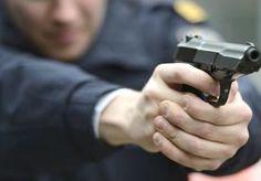 Politie schiet op overvaller.    Ondanks een waarschuwingsschot van de politie, is vanmiddag in Harderwijk een overvaller ontkomen. Dat meldt de politie. De man probeerde met een mes een snackbar te overvallen. Hierna gingen enkele eenheden van de politie naar de overvaller op zoek. Toen hij werd gezien, bleek hij het mes nog bij............