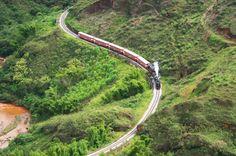 Vista aérea do trajeto de trem entre as cidades de Ouro Preto e Mariana, Minas Gerais