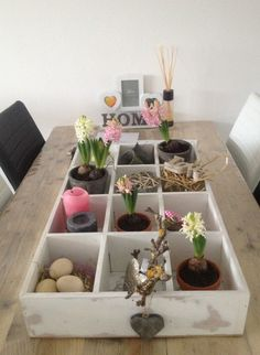 Nice table display for easter Porch Decorating, Decorating Your Home, Deco Floral, Painted Mason Jars, Deco Table, Home And Deco, French Country Decorating, Happy Easter, Diy And Crafts