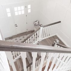 New Stairs Handrail Diy Wood Railing Ideas Stairs Makeover DIY Handrail ideas railing Stairs Wood White Banister, Painted Banister, Painted Staircases, White Stairs, Staircase Railings, Banisters, Staircase Design, Stairways, Grey And White Hallway