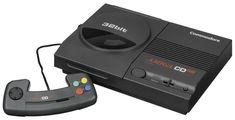 Amiga, un nom qui reste gravé dans les mémoires, notamment de ceux qui n'en avaient pas. En 1993, Commodore alors en mauvaise posture financière se lance sur le marché de la console avec l'Amiga CD32. Bien qu'étant la première console 32-bits du marché, de surcroît dotée d'un catalogue de près de 200 titres elle fut un échec. Vendue à moins 100.000 exemplaires, la console pour peu d'elle soit complète et en bon état est assez recherchée.