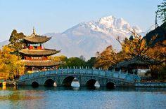 A 2.400 metros de altitude, a parada seguinte é Lijiang, na China. Em um cenário pitoresco, com mais de 800 anos de história, esse trecho menos conhecido da Rota da Seda servirá de pano de fundo para um mergulho nos 4 mil anos do império chinês
