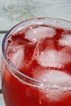 Den klart godaste jordgubbssaften är den som min syster brukar göra ! Och den är enkelt också, utan konserveringsmedel 😀 Varsågoda Du behöver :  4 liter jordgubbar (ca 2 kg) 8 dl vatten 12 dl socker Gör så här: Rensa och skölj jordgubbarna Häll på vattnet och låt koka … Läs mer
