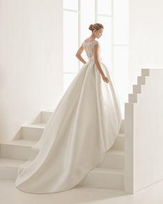 Klassisches Couturekleid mit Oberteil aus strassbesetzter Spitze und Rock aus Mikado-Seide, V-Ausschnitt, Rockansatz in Taillenhöhe, naturweiß.