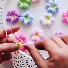 Crochê de florzinhas Best Picture For Crochet table runner For Your Taste You are looking for something, and it is going to tell you exactly. Crochet Flower Tutorial, Crochet Flower Patterns, Crochet Flowers, Love Crochet, Crochet Motif, Crochet Stitches, Crochet Shawl, Yarn Flowers, Diy Crafts Crochet