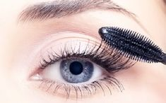 Mascara is mandatory for owing good looking eyes. But many will commit mistakes during mascara touch up and spoil all make up. Mascara may Maybelline Mascara, Best Drugstore Mascara, Mascara Tips, How To Apply Mascara, False Lash Effect, False Lashes, Beste Mascara, Short Eyelashes, Brown Eyes Pop