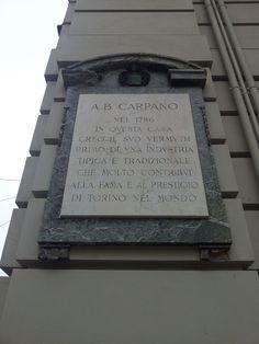 La lapide in piazza Castello ci ricorda che qui all'angolo con via Viotti nel 1786 Benedetto #Carpano ha inventato il #vermouth! Tutti gli appassionati del vino aromatizzato degli aperitivi e dei cocktail gli saranno per sempre grati!