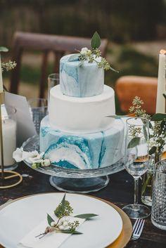Stilvolle Ideen für eine Hochzeitstorte mit Fondant - Hochzeitskiste #hochzeitstorte #blau Wedding Cake Table Decorations, Modern Wedding Centerpieces, Modern Wedding Reception, Elegant Modern Wedding, Modern Wedding Inspiration, Unique Wedding Cakes, Wedding Table Settings, Rustic Modern, Wedding Ideas