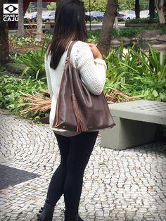BOLSA COURO HOBO BAG BÁSICA MARROM COM LARANJA  Prática e confortável, esta hobo bag adiciona estilo e personalidade a looks para o dia a dia